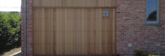 Houten sectionale poort met vast bovenpaneel